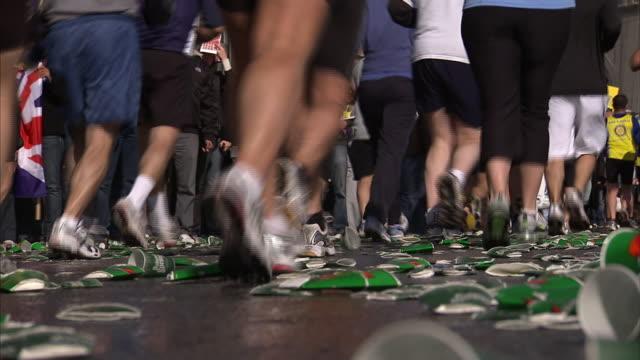 marathon runners pass a crowd of spectators in new york city. - engångsmugg bildbanksvideor och videomaterial från bakom kulisserna