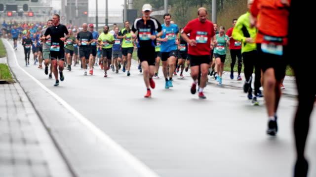 zeitlupe: marathonläufer - marathon stock-videos und b-roll-filmmaterial