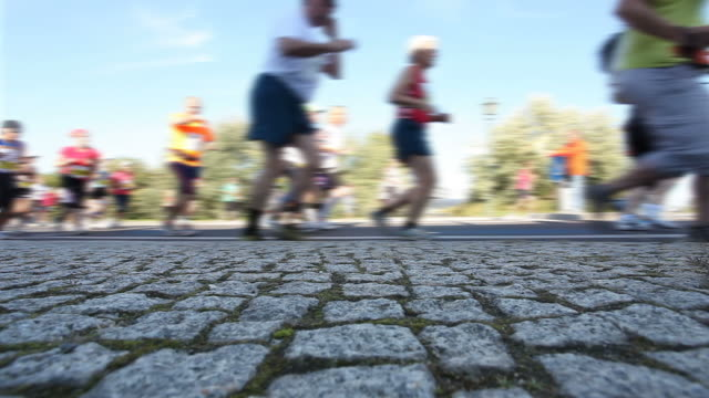 marathon running + audio - rennen stock videos & royalty-free footage