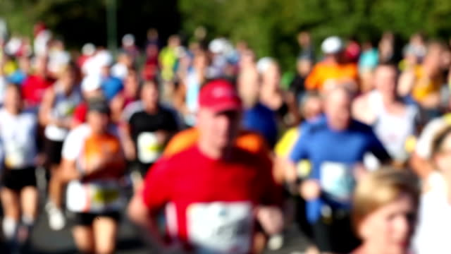 marathon laufen, verschwommene - marathon stock-videos und b-roll-filmmaterial