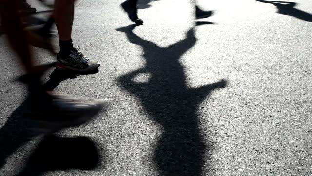 stockvideo's en b-roll-footage met marathon lopen - schaduw