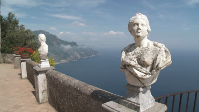 MS TD Marble busts of terrace of infinity at garden of villa Cimbrone with Tyrrhenian sea / Ravello, Campania, Italy