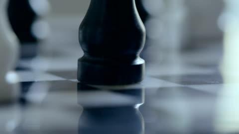 vídeos y material grabado en eventos de stock de juego de ajedrez de mármol. - derrota