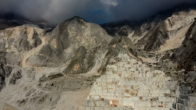 marble quarry in the apuan alps, tuscany, italy - marmo roccia video stock e b–roll