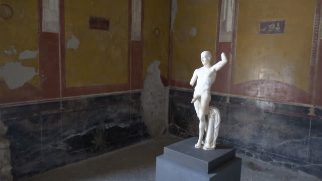 a marble statue artwork of a man with a large penis in the ancient ruins historic landmark of pompeii, italy, europe. - ポルノ点の映像素材/bロール