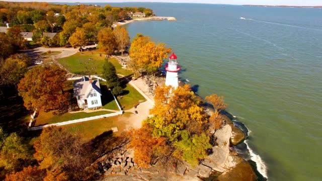 stockvideo's en b-roll-footage met marblehead lighthouse on lake erie ohio - ohio