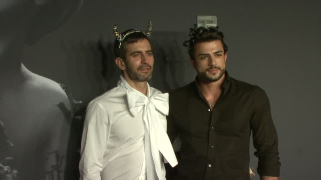 marc jacobs and harry louis at lady gaga fame eau de parfum launch event at solomon r. guggenheim museum on september 13, 2012 in new york, new york - デザイナー マーク・ジェイコブス点の映像素材/bロール