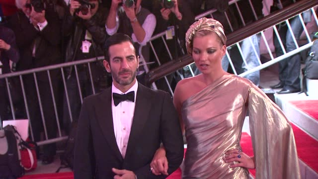 marc jacobs and kate moss at the 'the model as muse embodying fashion' costume institute gala at the metropolitan museum of art arrivals at new york... - 2009 bildbanksvideor och videomaterial från bakom kulisserna