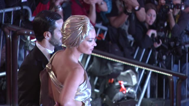 vídeos de stock e filmes b-roll de marc jacobs and kate moss at the 'the model as muse embodying fashion' costume institute gala at the metropolitan museum of art arrivals at new york... - 2009