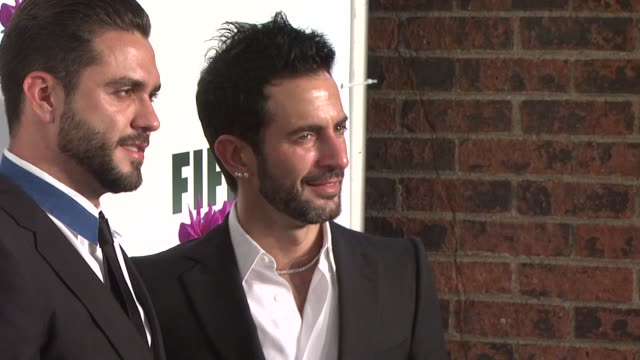 marc jacobs and lorenzo martone at the 2009 fifi awards at new york ny. - デザイナー マーク・ジェイコブス点の映像素材/bロール