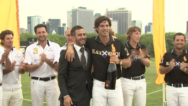 marc jacobs and nacho figueras at the the fourth annual veuve clicquot polo classic at new york ny. - デザイナー マーク・ジェイコブス点の映像素材/bロール