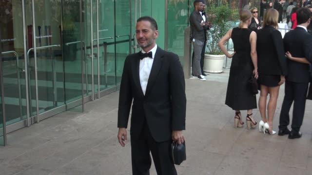 marc jacobs arrives at the 2014 cfda fashion awards at alice tully hall, lincoln center on june 02, 2014 in new york city. - デザイナー マーク・ジェイコブス点の映像素材/bロール