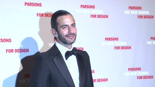 marc jacobs at the 2009 parsons fashion benefit honoring calvin klein at new york ny. - デザイナー マーク・ジェイコブス点の映像素材/bロール