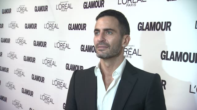 marc jacobs at the glamour magazine's 21st annual women of the year awards at new york ny. - デザイナー マーク・ジェイコブス点の映像素材/bロール