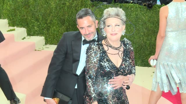 vidéos et rushes de marc jacobs bette midler at manus x machina fashion in an age of technology costume institute benefit gala arrivals at metropolitan museum of art at... - bette midler