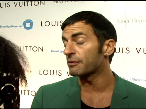 marc jacobs on celebrating the collaboration of louis vuitton and takashi murakami, his thoughts on artists transitioning into fashion, and looking... - デザイナー マーク・ジェイコブス点の映像素材/bロール
