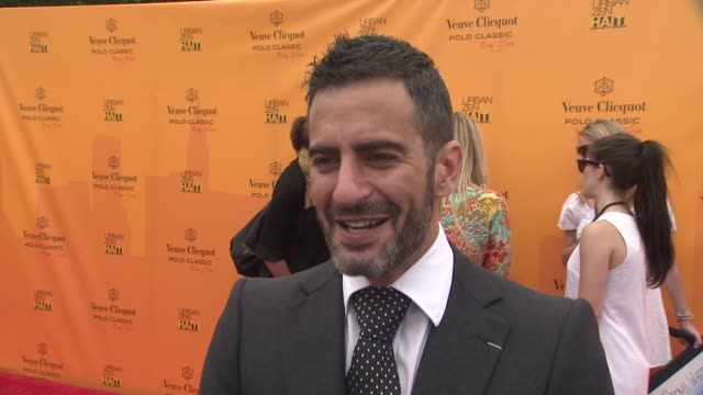 marc jacobs talks about lifetime achievement award at the the fourth annual veuve clicquot polo classic at new york ny. - デザイナー マーク・ジェイコブス点の映像素材/bロール