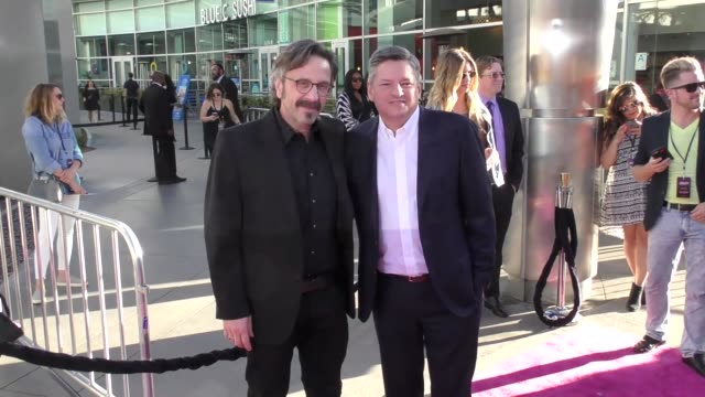 vídeos y material grabado en eventos de stock de marc maron ted sarandos at a netflix original series glow los angeles premiere at arclight cinemas cinerama dome on june 21 2017 in hollywood... - cinerama dome hollywood