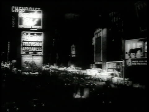 vidéos et rushes de march 1 1959 ws marilyn monroe smiles as crowds of people watch / times square new york city new york united states - film documentaire image animée
