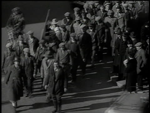 stockvideo's en b-roll-footage met march 13 1938 bw civilians marching behind swastika flag / vienna austria - 1938