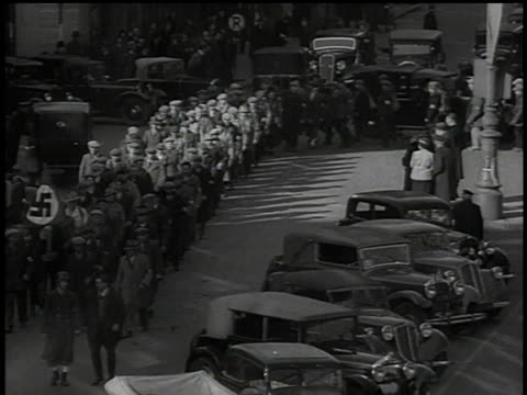 vidéos et rushes de march 13, 1938 long lines of civilians marching in formation in parade / vienna, austria - nazism