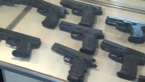 march 13, 2008 handguns in display rack / united states - 銃器店点の映像素材/bロール