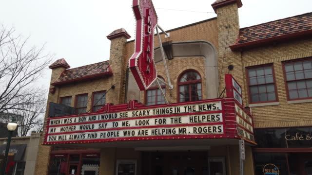 vídeos y material grabado en eventos de stock de march 18, 2020 - bloomington, indiana: the buskirk chumley theater, on kirkwood, is closed during the 2020 covid-19/coronavirus emergency in indiana.... - cartel de teatro