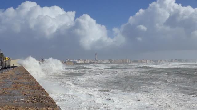 vidéos et rushes de storm emma hits cadiz, spain: super slow motion: large wave covers school looking like a massive explosion. huge high tide, 90km/hr wind and 22 foot... - forteresse