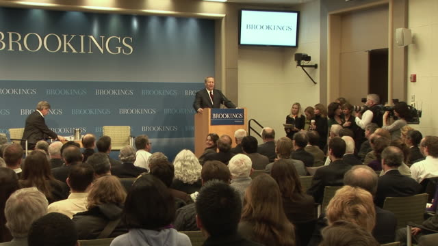 march 2009 ws zi lawrence summers director of the national economic council introducing his speech at the brookings institution about the economic... - 緊急援助点の映像素材/bロール