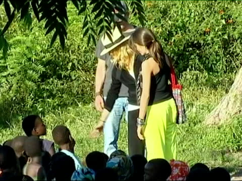 vídeos de stock e filmes b-roll de march 2009 montage madonna with daughter lourdes, attending a briefing on the progress of a school she is building in malawi and answering media... - fato de treino