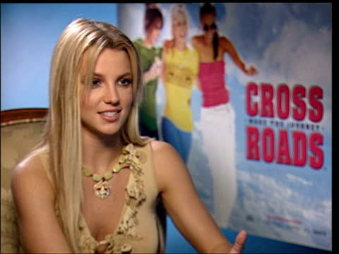 vídeos y material grabado en eventos de stock de march 25, 2002 britney spears being interviewed during the press junket for her film 'crossroads'/ london, england/ audio - 2002