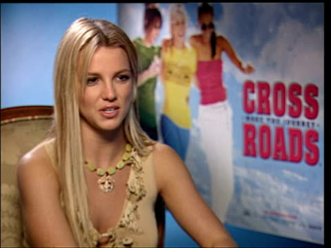 vídeos de stock e filmes b-roll de march 25, 2002 britney spears being interviewed during the press junket for her film 'crossroads'/ london, england/ audio - 2002