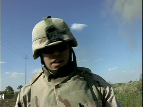 march 25 2004 montage eod specialist detonating roadside bomb and explaining what he has done, baghdad, iraq, audio - 30代の男性だけ点の映像素材/bロール