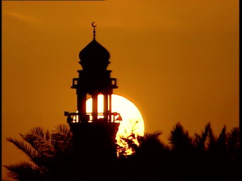 vidéos et rushes de march 31, 1999 mosque minaret silhouetted by setting sun / doha, qatar - qatar