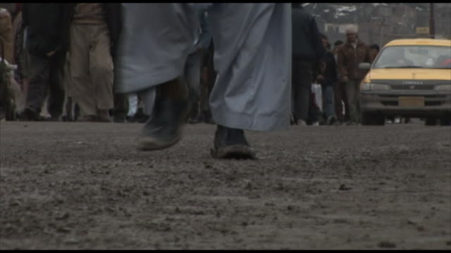 vidéos et rushes de march 4, 2005 pedestrians walking and cars driving through city street / kabul, afghanistan - kaboul