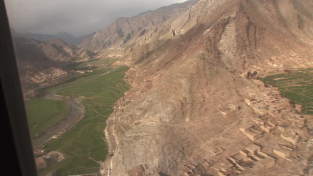 vídeos y material grabado en eventos de stock de march 5 2009 aerial mountainous terrain of the korengal valley / kunar afghanistan - korengal tal