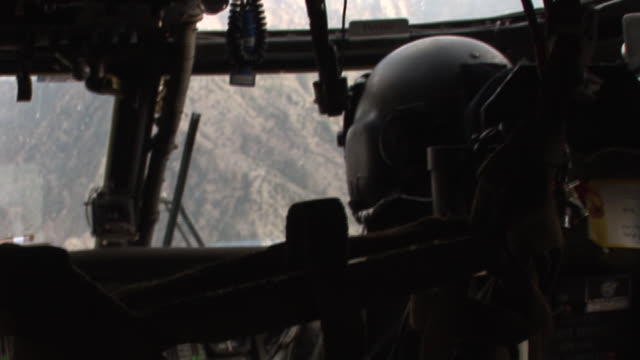 vídeos y material grabado en eventos de stock de march 5 2009 aerial us army pilot flying helicopter over mountainous terrain of the korengal valley / kunar afghanistan - korengal tal
