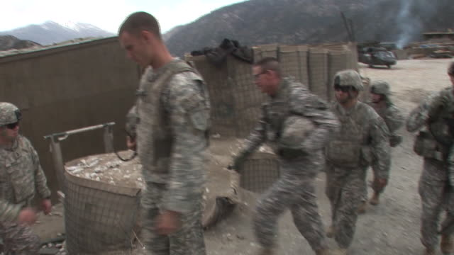 march 5 2009 ts major general jeffrey j schloesser arriving and meeting us army troops in the field / kunar afghanistan - korengal valley stock videos & royalty-free footage