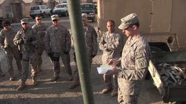 march 5 2009 ws us army officer briefing soldiers / bagram afghanistan - bagram video stock e b–roll