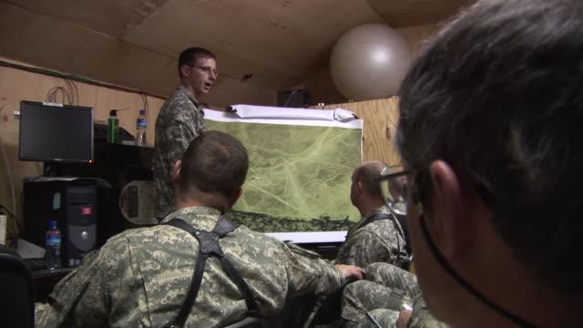 vídeos y material grabado en eventos de stock de march 5 2009 ms us army officer briefing soldiers on various local sites on map / bagram afghanistan - base aérea bagram