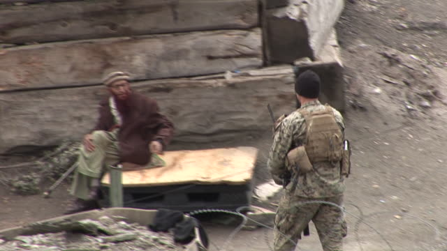 march 5 2009 ts us army soldier descending rocky hillside and shaking hands with villager / kunar afghanistan - korengal valley stock videos & royalty-free footage
