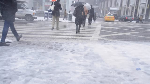 vídeos de stock, filmes e b-roll de march 8 2013 snow storm blizzard 5th avenue pedestrian traffic midtown manhattan new york city usa 2013 snow storm 5th avenue new york city on march... - 2013