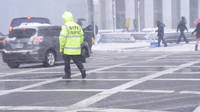 vídeos de stock, filmes e b-roll de march 8, 2013 snow storm, blizzard, nypd traffic police standing on 5th avenue, midtown, manhattan, new york city, usa 2013 snow storm, 5th avenue,... - 2013