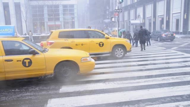 vídeos de stock e filmes b-roll de march 8, 2013 snow storm, blizzard, vehicular traffic on 5th avenue 59th street, mass transit, midtown manhattan, new york city, usa 2013 snow storm,... - 2013