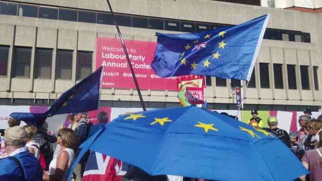 stockvideo's en b-roll-footage met a march in support of a people's vote on brexit passes the brighton centre the venue for this years labour party conference on september 21 2019 in... - labor partij