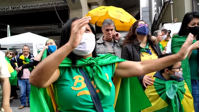 march of the christian family for freedom in front of the headquarters of fiesp, on avenida paulista, são paulo, brazil. protesters wear green and... - liberdade 個影片檔及 b 捲影像