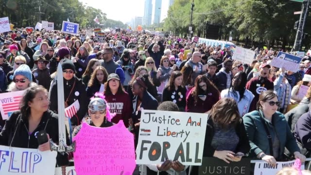 thousands of people demonstrate in chicago against the antiwomen policy of the trump administration urging americans to vote in the upcoming november... - votering bildbanksvideor och videomaterial från bakom kulisserna