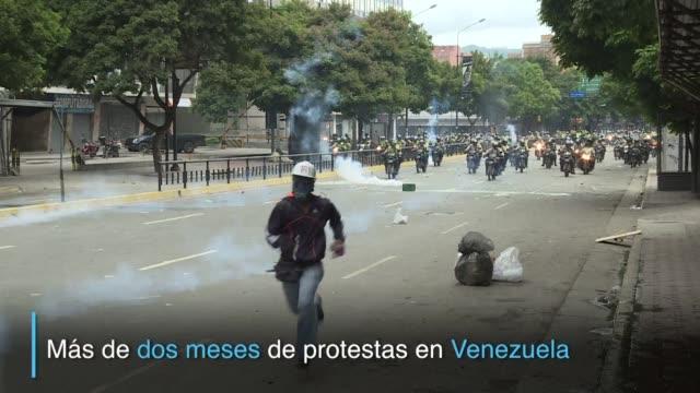marchas casi a diario choques violentos entre manifestantes y las fuerzas de segurida decenas de muertos y un millar de heridos son el saldo de mas... - diario stock videos and b-roll footage