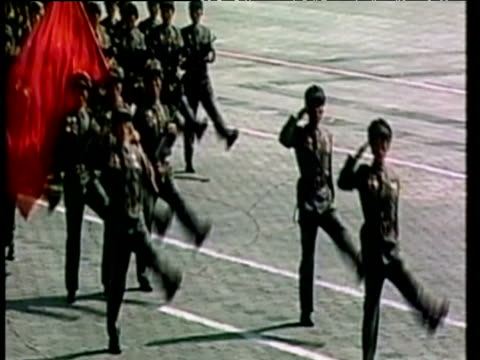 marching army parade in unison before kim jong il north korea; 11 mar 03 - 2000年風格 個影片檔及 b 捲影像