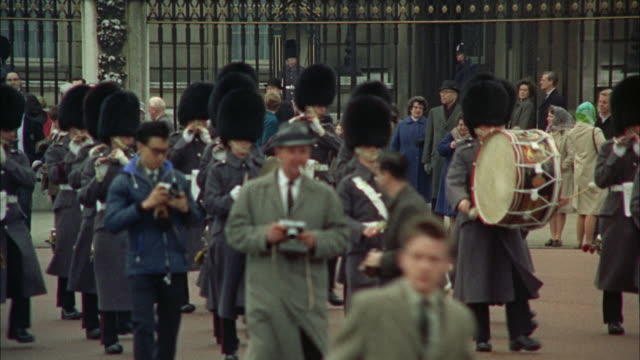 vidéos et rushes de 1966 ws ms marching band at guard changing ceremony at buckingham palace / london, united kingdom - monarchie anglaise